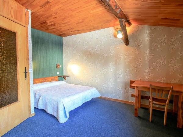 La première chambre avec un lit double de 140