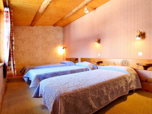 La deuxième chambre avec trois lits simples de 90